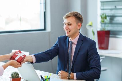 Les cadeaux d'affaires aux clients : TVA, déductibilité et déclaration